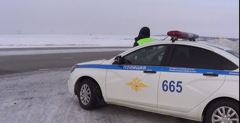 В Прокопьевском районе на трассе инспекторы ГИБДД помогли замерзающим водителям (видео)