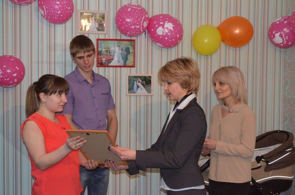 В Кузбассе первая семья получила ежемесячную государственную выплату за рождение первенца