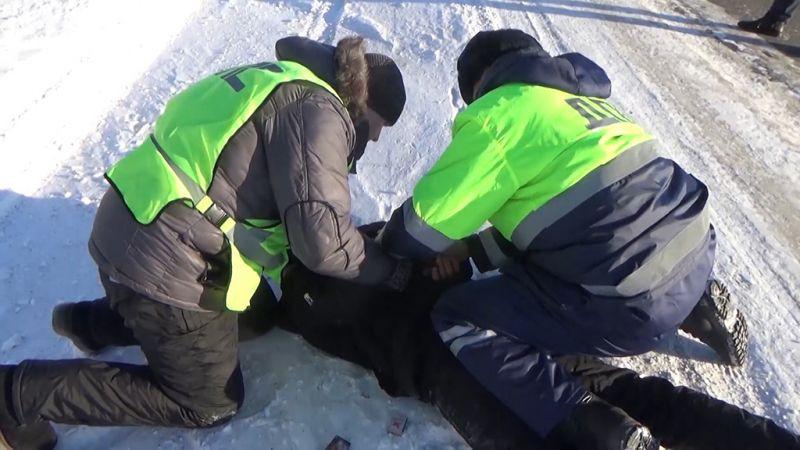 В Кузбассе нетрезвый автоугонщик пытался скрыться от сотрудников ГИБДД (видео)