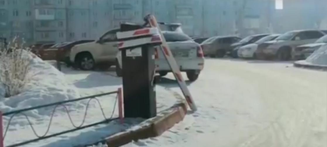 В Кузбассе неизвестные завязали шлагбаум в узел