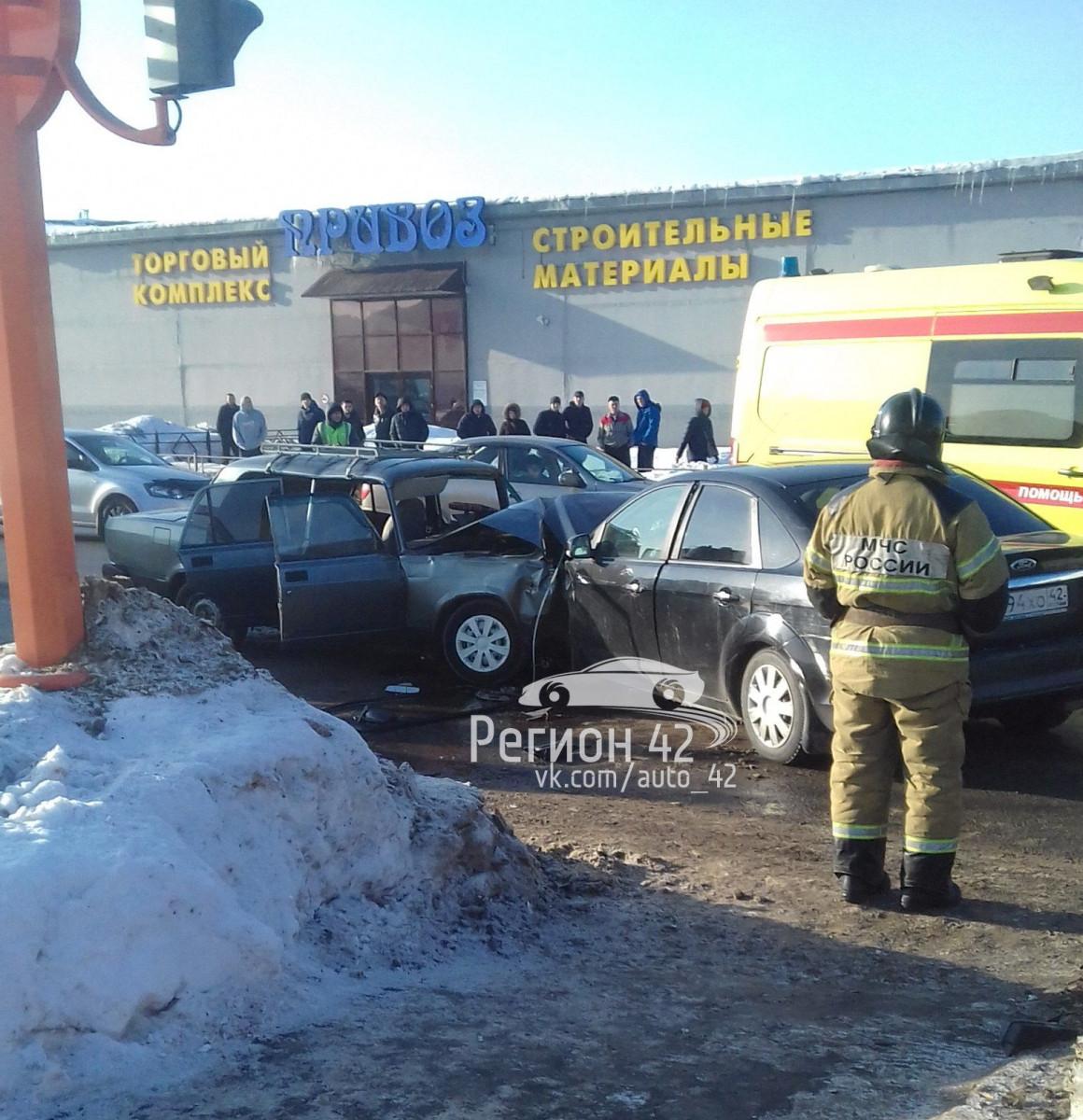 В Кузбассе в тройном ДТП погиб человек, еще трое травмированы