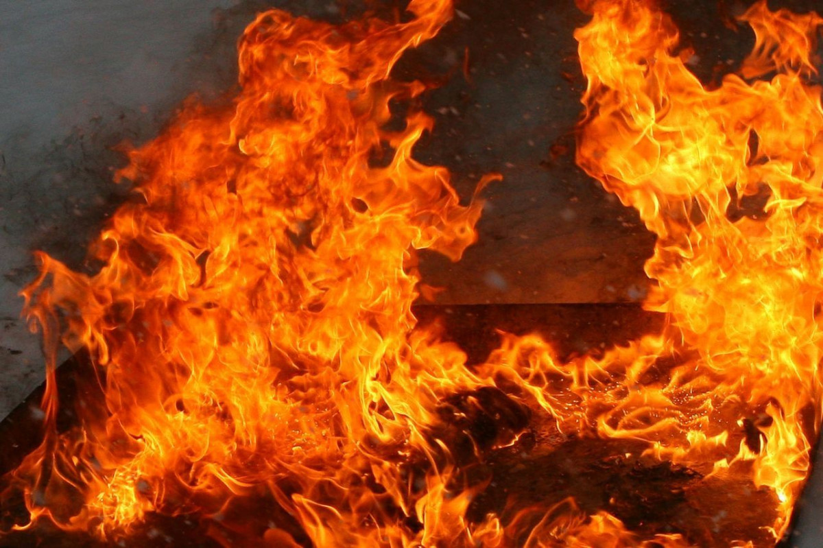 В Прокопьевске поздно вечером загорелся многоквартирный дом