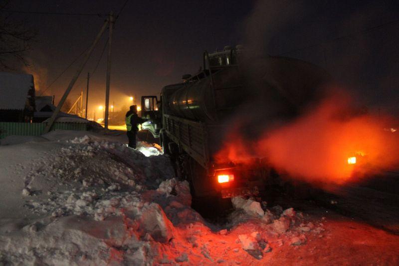 В Кузбассе грузовик попал в снежный плен: выручили сотрудники ГИБДД