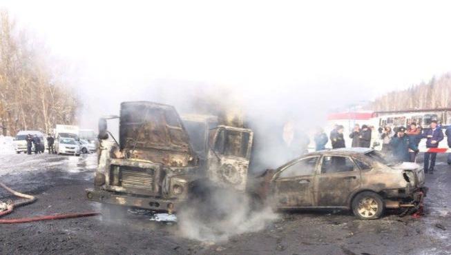 В Кузбассе после столкновения загорелись два автомобиля (видео)