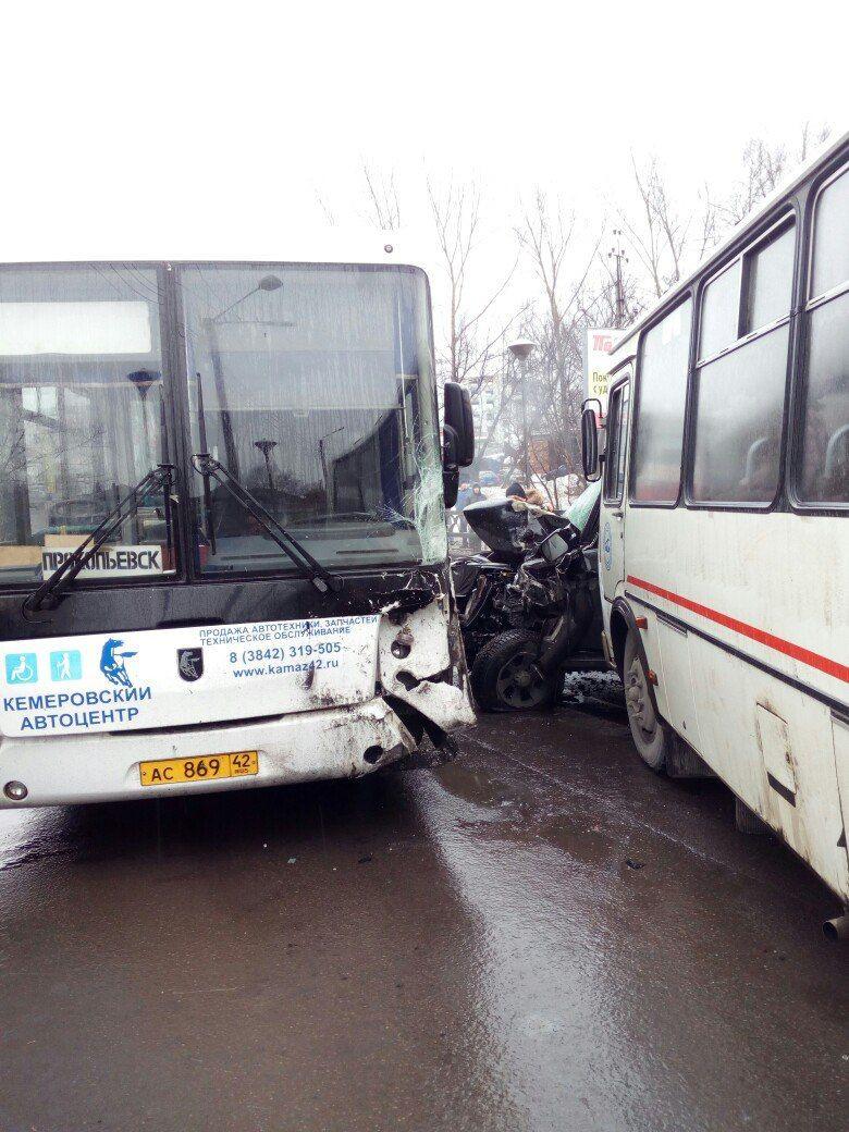 В Прокопьевске два автобуса зажали УАЗ: официальная информация