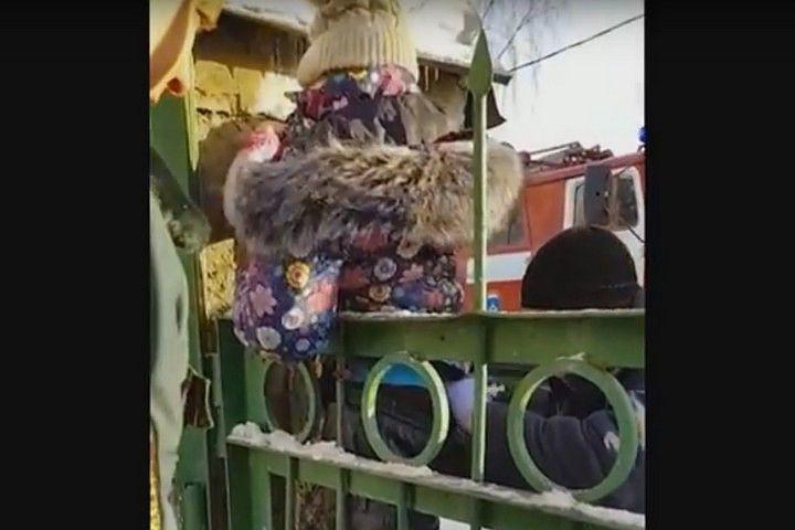 В Кузбассе школьница напоролась на металлическую пику забора (видео)