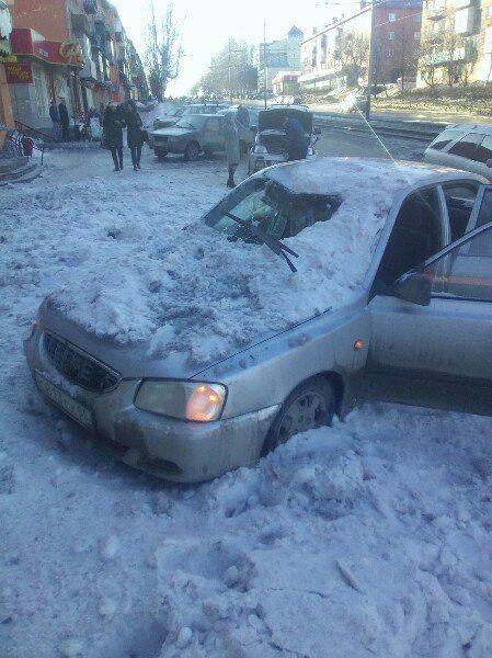 В Прокопьевске снег с крыши рухнул на автомобиль