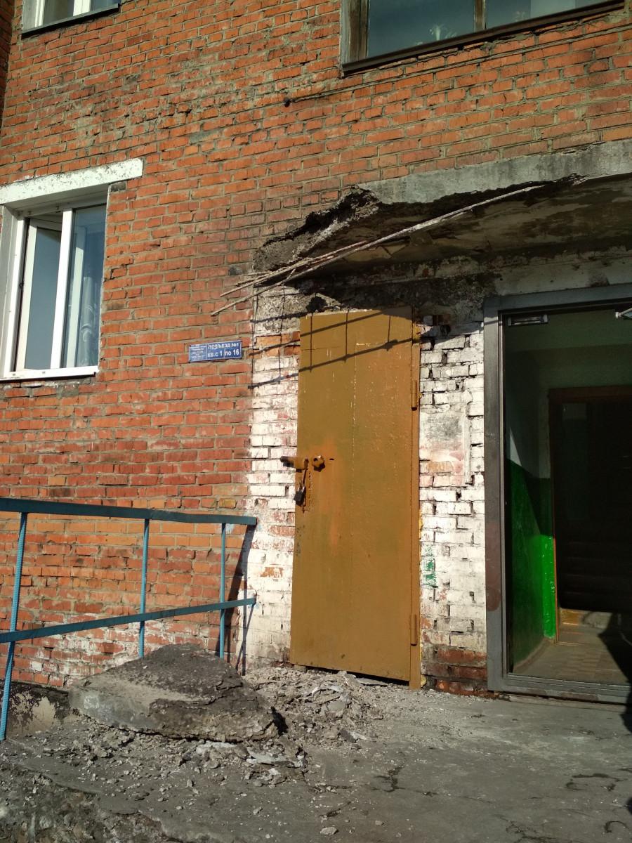Соцсети: В Прокопьевске обрушился козырек подъезда жилого дома, пострадала пенсионерка
