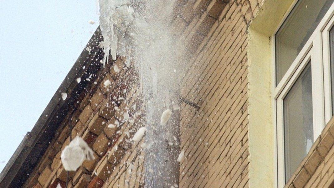 В Прокопьевске две женщины пострадали от снега, упавшего с крыши