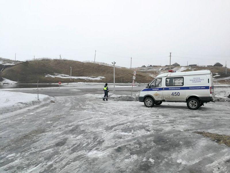 В Новокузнецком районе затопило дорогу талыми водами: движение транспорта ограничено