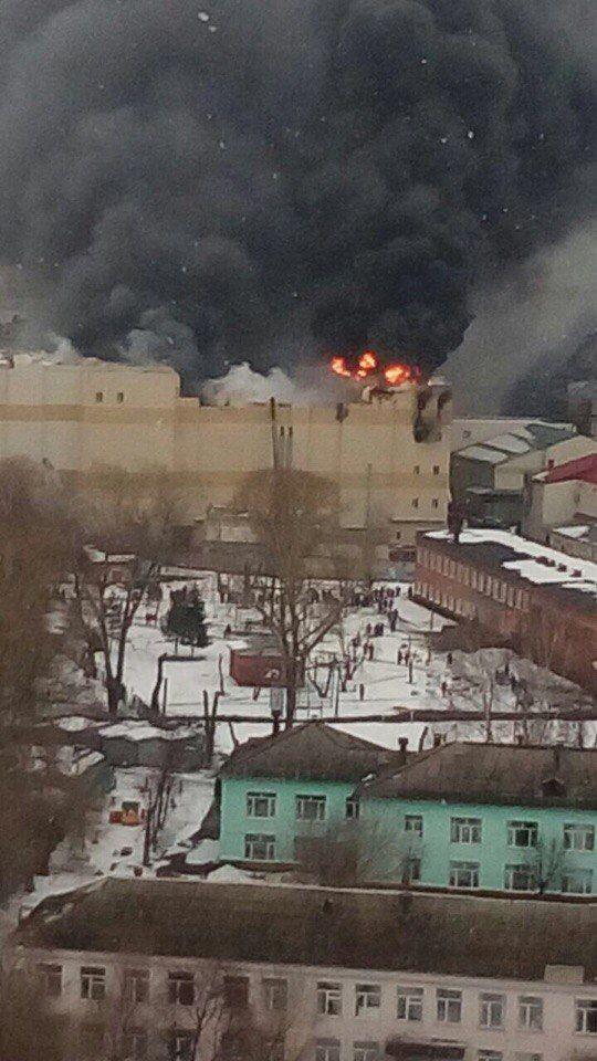 В Кузбасс на тушение пожара в Торговом центре готовы вылететь спасатели из Красноярска