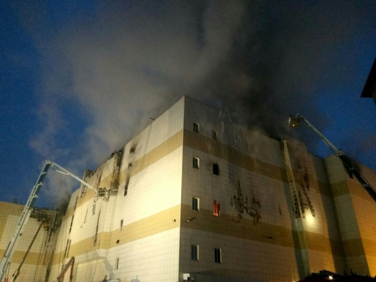 Пожарные спасатели Прокопьевска помогут в проведении аварийно-спасательных работ после пожара в ТРЦ Кемерова