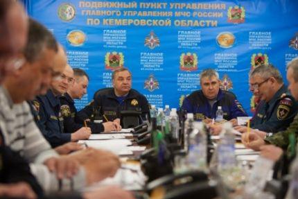 Спасатели не могут войти в некоторые помещения горящего торгового центра «Зимняя вишня» в Кемерове