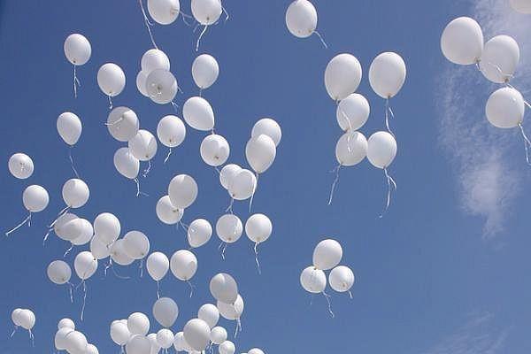 В Прокопьевске сотни белых шаров взмыли в небо в память о погибших при пожаре в ТРЦ Кемерова (видео)