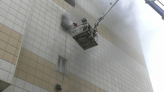 """Житель Кемерова рассказал, кто запер двери в кинозал во время пожара в """"Зимней вишне"""""""