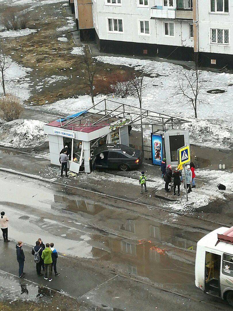 В Кузбассе иномарка врезалась в остановочный павильон