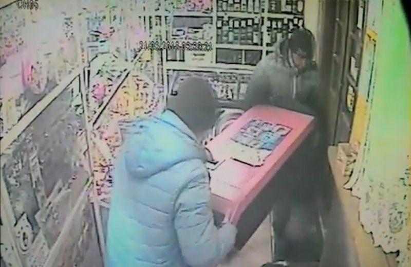 В Прокопьевске налетчики похитили из магазина платежный терминал