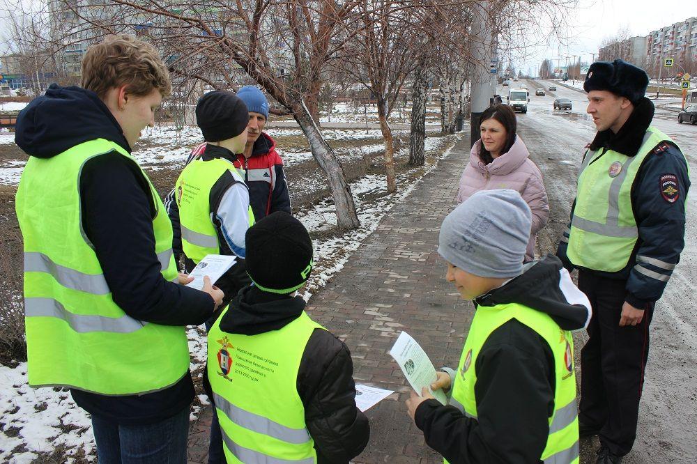 В Прокопьевске школьники совместно с инспекторами ГИБДД вышли на самое аварийно опасное место, чтобы напомнить горожанам важную информацию