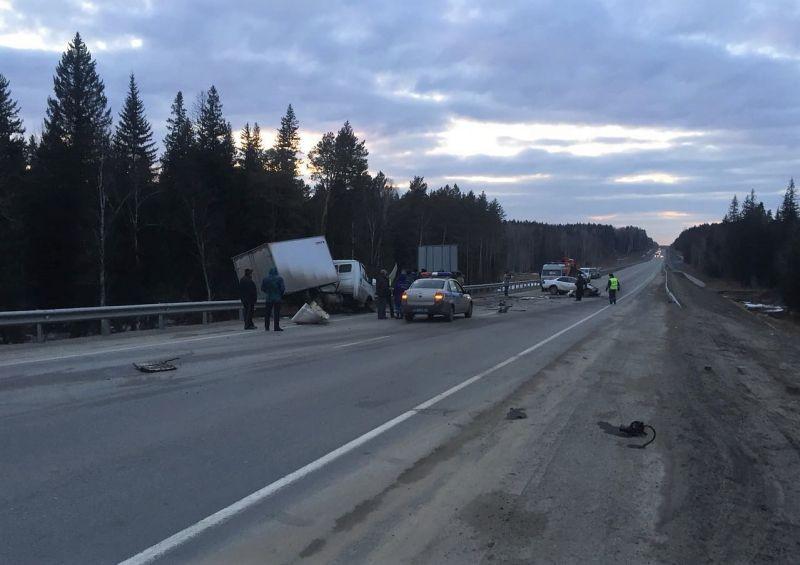 В Кузбассе на трассе столкнулись «Тойота Камри» и ГАЗель: 3 человека погибли, 5 пострадали