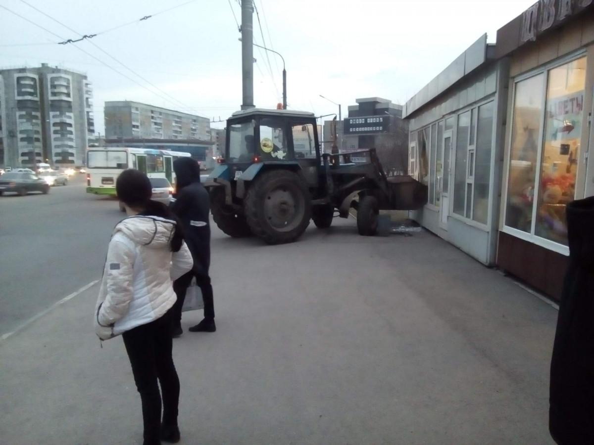 В Кузбассе трактор врезался в киоск