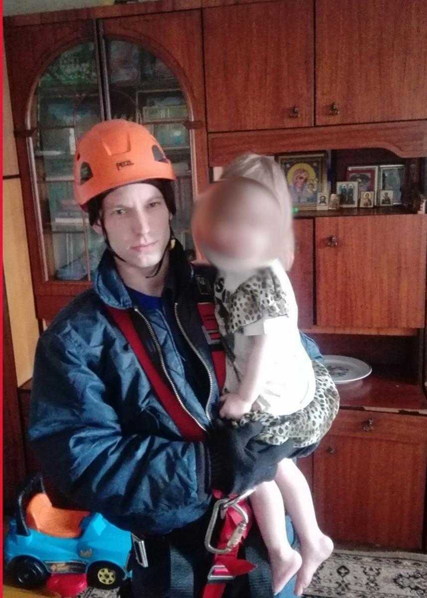 В Кузбассе спасена 3-летняя девочка, устроившая опасные игры у открытого окна на пятом этаже