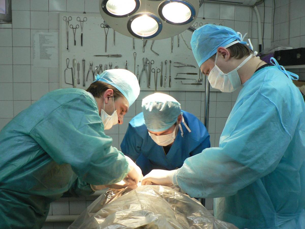 Врачи Кузбасса провели уникальную операцию: сделали пациенту новую челюсть из косточки ноги