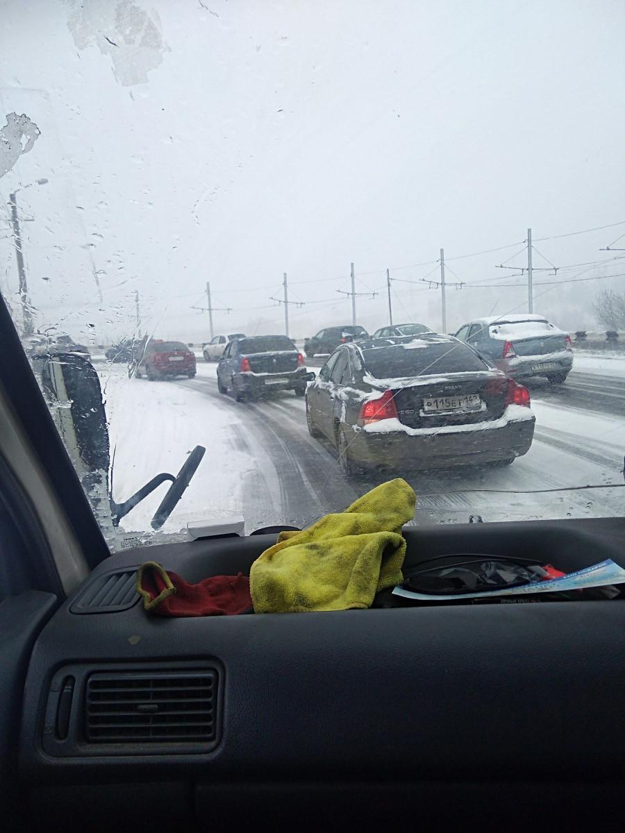В Прокопьевске из-за выпавшего снега дорожный коллапс