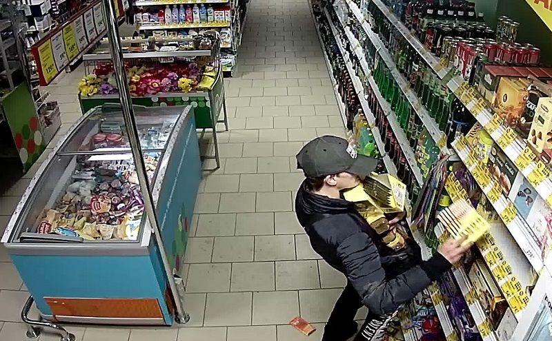 В Кузбассе вор так набил штаны кофе и шоколадом, что не смог покинуть место преступления (видео)