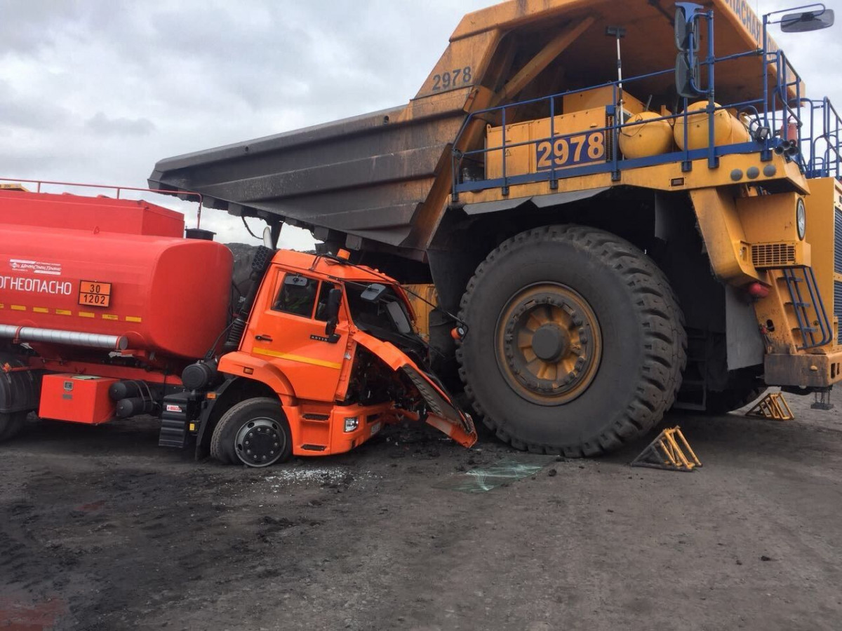 ВКузбассе женщина наБелАЗе протаранила бензовоз