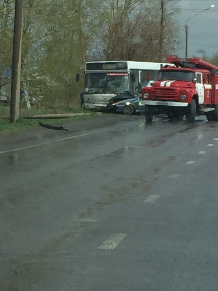 В Кузбассе столкнулись легковой автомобиль и автобус: 1 человек погиб, еще 2 пострадали