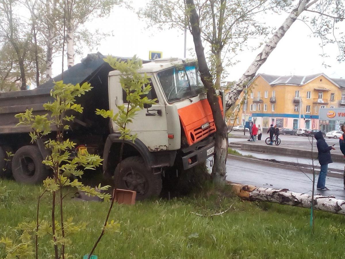 В Прокопьевске КАМАЗ вылетел с дороги и протаранил несколько деревьев