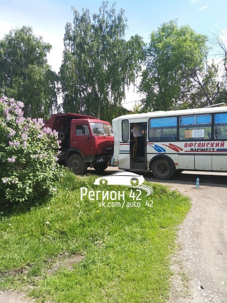 В Кузбассе КамАЗ протаранил маршрутку