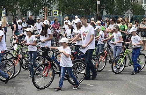 В Прокопьевске школьникам вручили материальную помощь и велосипеды