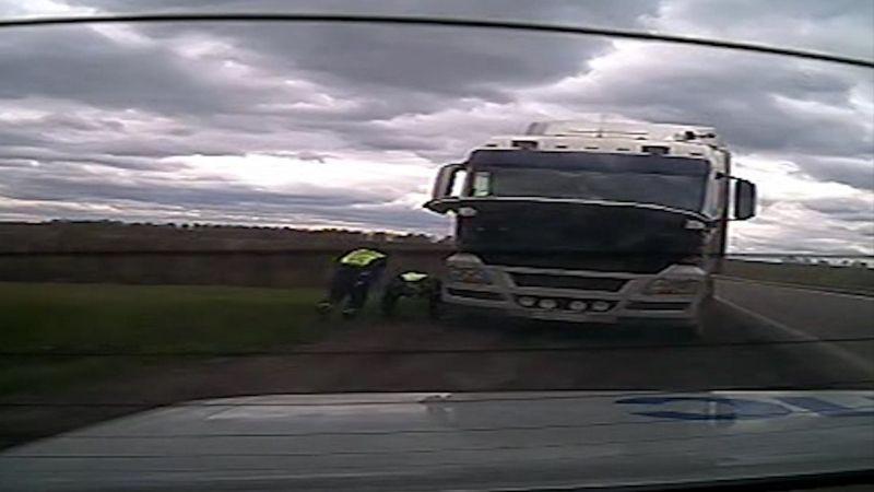На трассе под Прокопьевском водитель едва не погиб во время ремонта грузовика