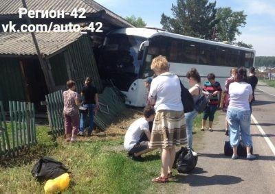 В Кузбассе пассажирский автобус врезался в жилой дом