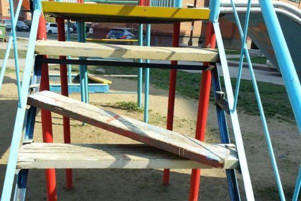 Кузбассовцы жалуются на опасные детские игровые и спортивные площадки