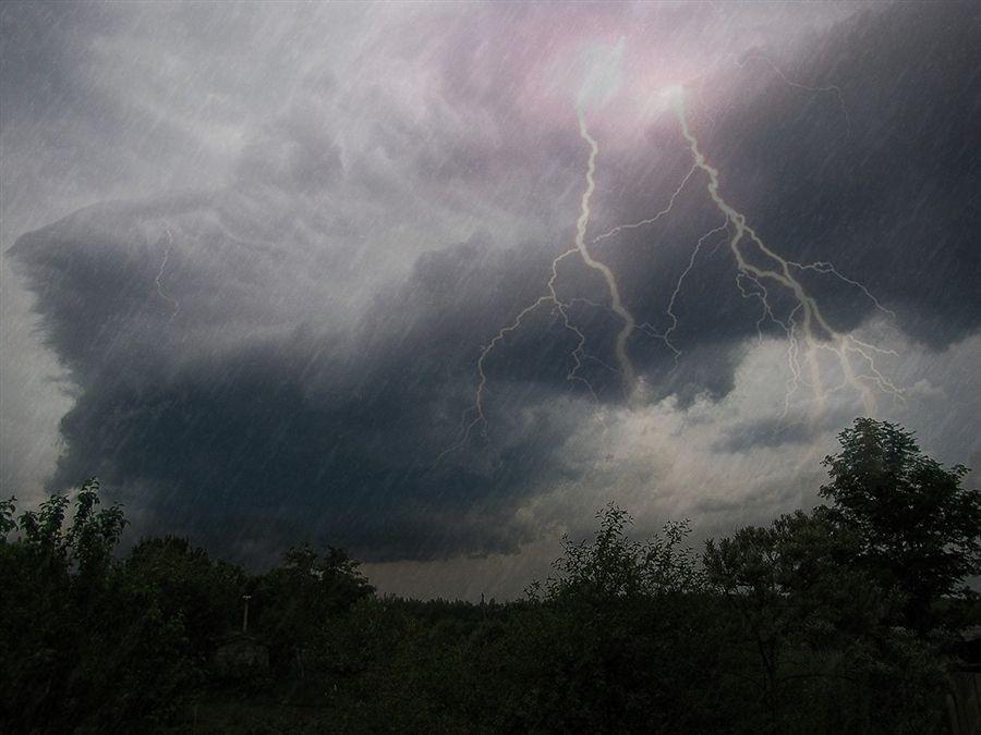Синоптики передают штормовое предупреждение