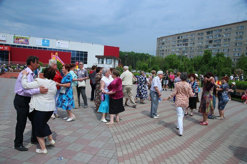 В Прокопьевске возобновились танцевальные вечера у фонтана