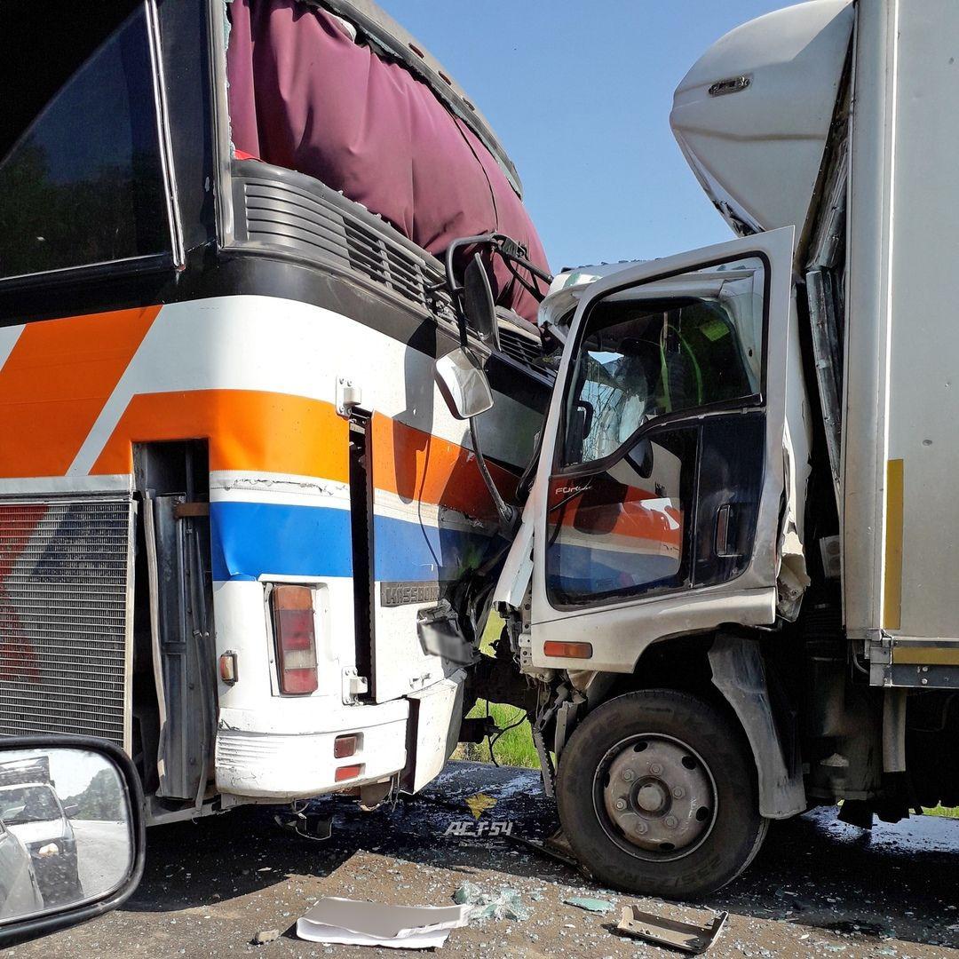 "На трассе ""Кемерово - Новосибирск"" грузовик протаранил автобус"