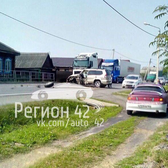 В Кузбассе столкнулись фура и внедорожник (видео)