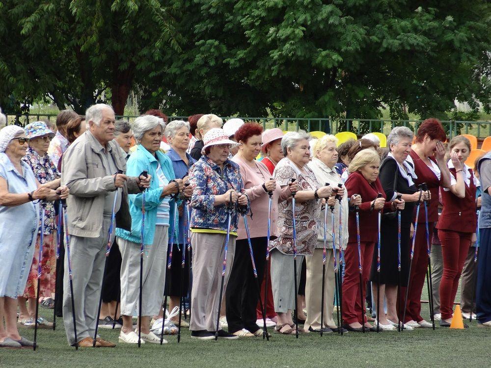 300 прокопчан старшего поколения получили «скандинавки»