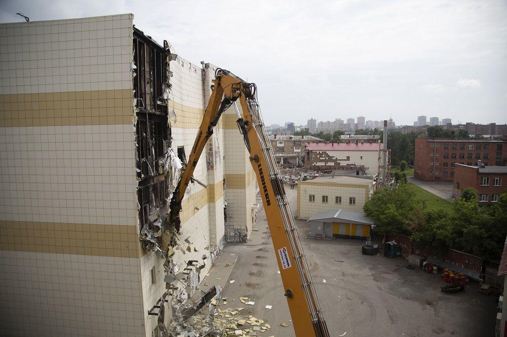 В Кемерове тяжелая техника приступила к демонтажу сгоревшего ТРЦ «Зимняя вишня»