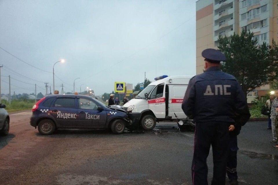 """В Кузбассе столкнулись легковушка, мотоцикл и """"скорая помощь"""": один человек пострадал"""