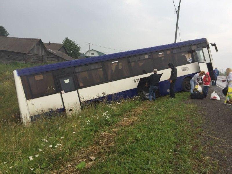 В Кузбассе междугородный автобус съехал в кювет