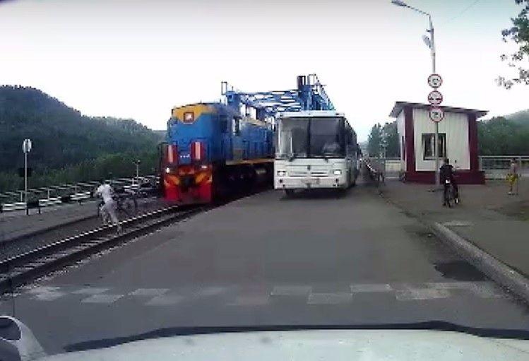 В Кузбассе велосипедистка чудом не попала под поезд (видео)
