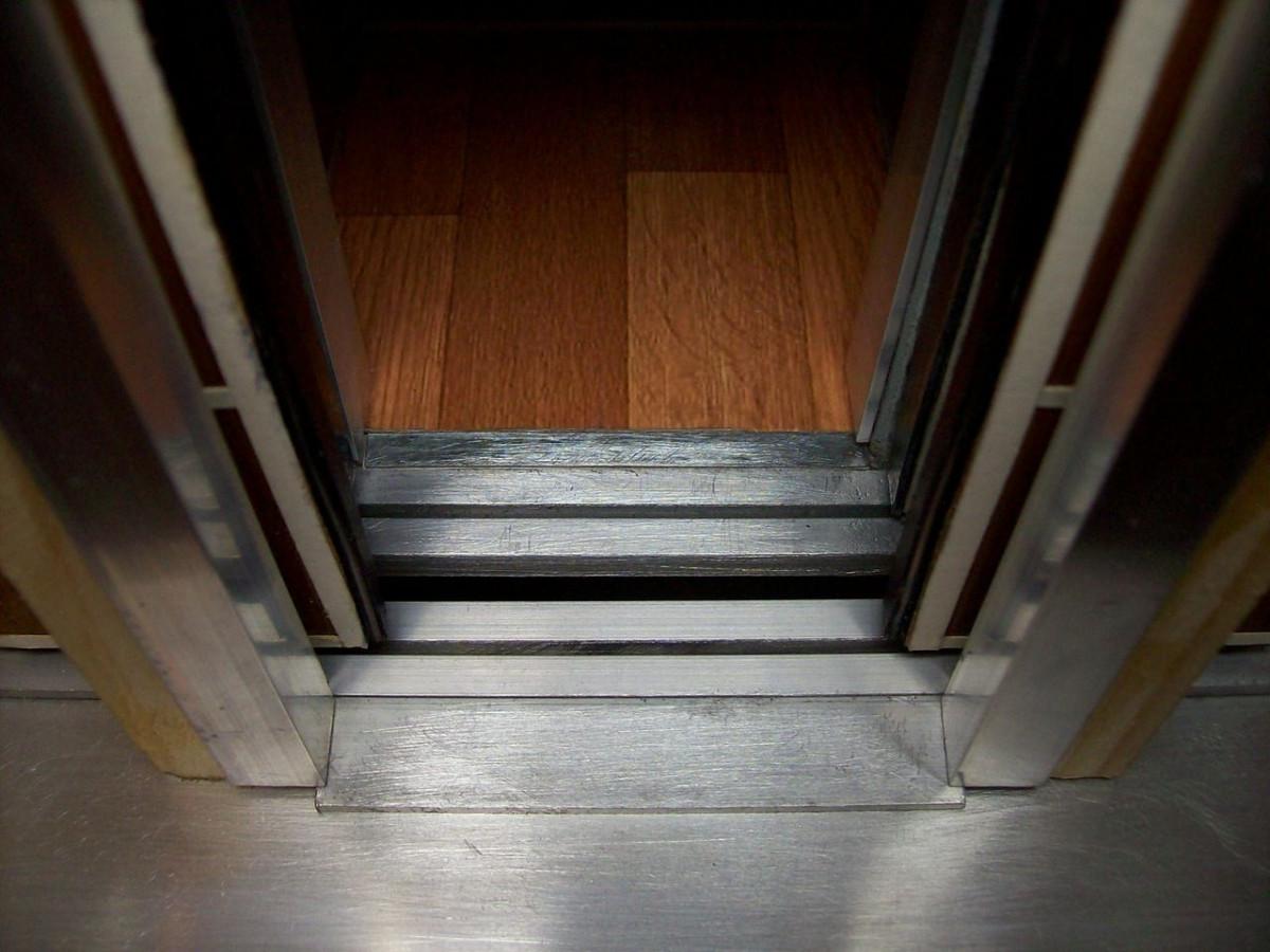 Прокопчанин сломал двери лифта, чтобы спасти ребенка