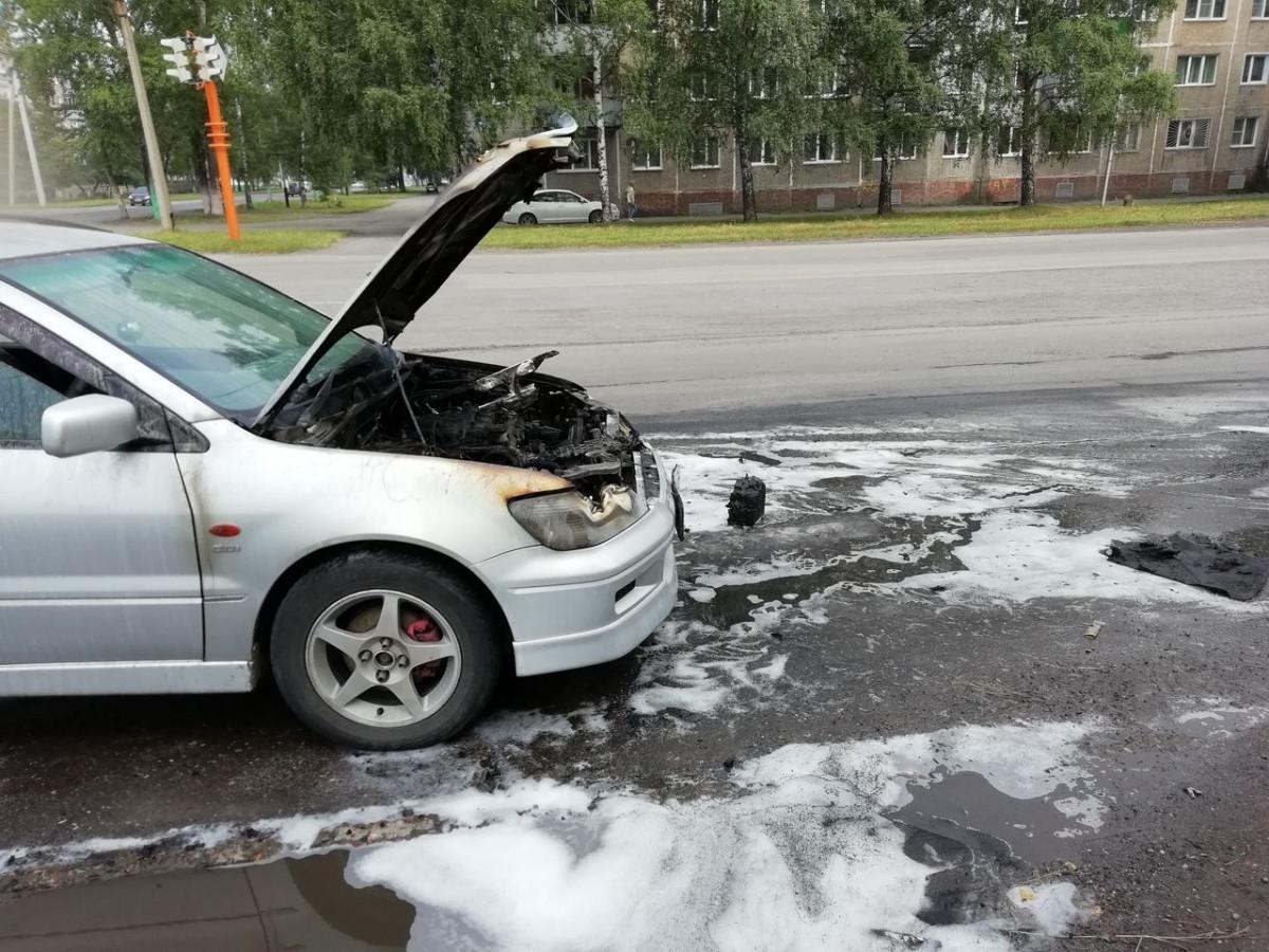 В Прокопьевске во время движения загорелся автомобиль
