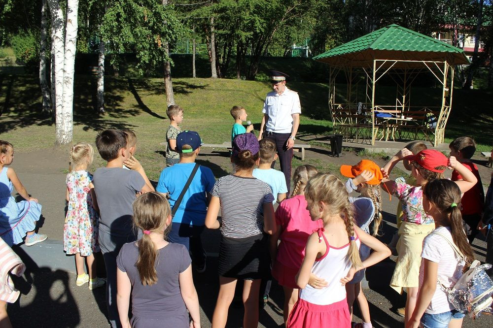 Интересно о важном: сотрудники ГИБДД Прокопьевска провели акцию в центре отдыха детей