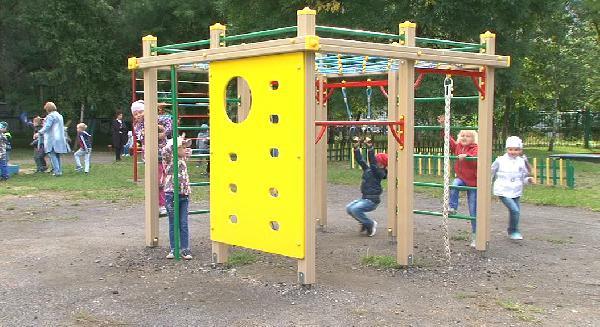Во дворах детсадов Прокопьевска появились яркие спортивно-игровые комплексы