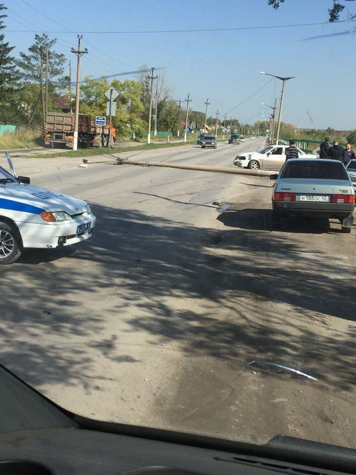 В Кузбассе на автомобиль упала опора уличного освещения